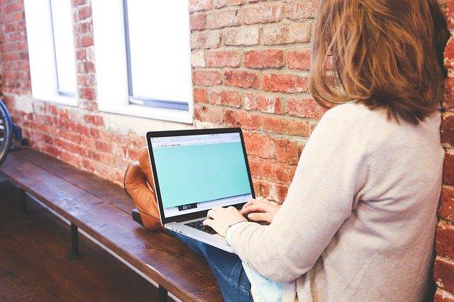 fille avec ordinateur